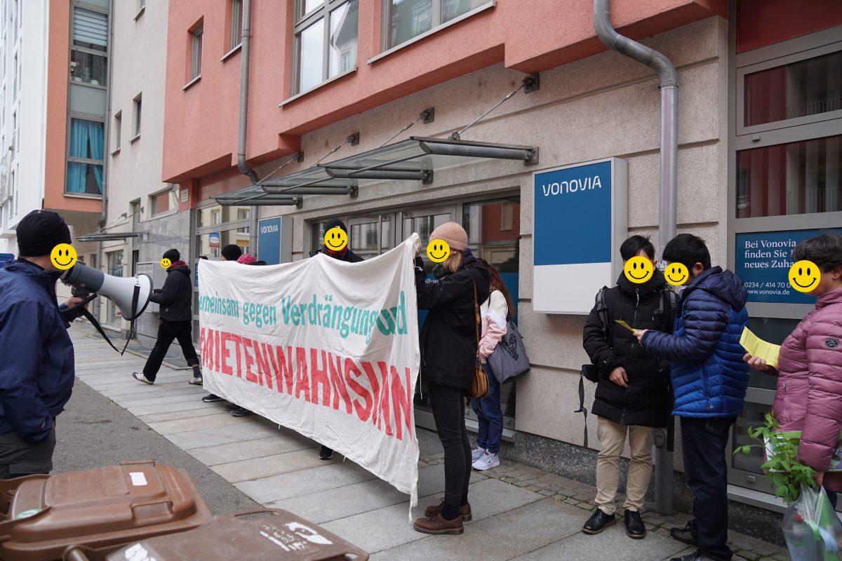 Mieter*innen blockieren den Eingang zur Vonovia Regionalleitung und rufen zum HousingActionDay am 28.03. auf